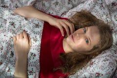 私秘孤独的女孩在床上 库存图片