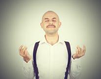 秃头男性,在凝思姿势,放松,在禅宗, 库存图片