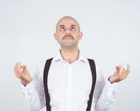秃头男性,在凝思姿势,放松,在禅宗, 免版税库存图片