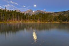 秋分前后之满月, Hallett峰顶, Sprague湖,落矶山脉Nationa 免版税库存照片