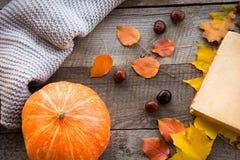 秋叶、开放书和南瓜在木板 顶视图,葡萄酒样式 平的位置 免版税库存照片