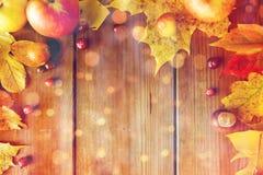 秋叶、果子和莓果框架在木头 免版税库存照片
