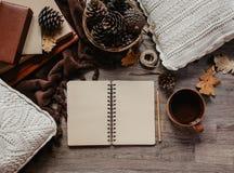 秋叶、笔记本和杯子在土气木桌上,舒适秋天静物画,秋天心情概念、博客作者或者作家生活方式, 免版税库存图片