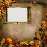 秋叶、莓果和框架边界在绿色葡萄酒背景 库存照片