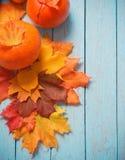 秋叶和南瓜在木背景 免版税图库摄影