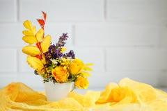 秋叶和花在一张木桌上 秋天背景复制空间 仍然秋天生活 库存照片