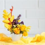 秋叶和花在一张木桌上 秋天背景复制空间 仍然秋天生活 免版税库存图片