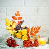秋叶和花在一张木桌上 秋天背景复制空间 仍然秋天生活 免版税库存照片