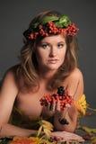 秋叶的性感的妇女和山脉灰花圈  免版税库存图片