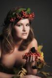 秋叶的性感的妇女和山脉灰花圈  库存图片