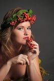 秋叶的性感的妇女和山脉灰花圈  免版税图库摄影