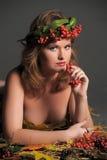 秋叶的性感的妇女和山脉灰花圈  图库摄影