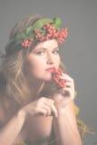 秋叶的性感的妇女和山脉灰花圈  免版税库存照片