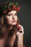 秋叶的性感的妇女和山脉灰花圈  库存照片