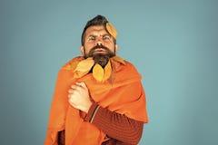 秋叶红色销售额字 季节和秋天 有自然黄色秋天的人在格子花呢披肩把胡子留在 在理发师的叶子胡子和 免版税库存图片