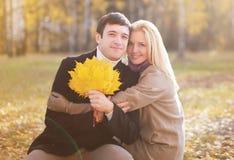 秋天、爱、关系和人概念-俏丽的夫妇 免版税库存照片