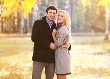 秋天、爱、关系和人概念-美好的夫妇 免版税图库摄影