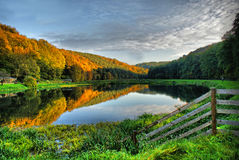 秋天、镜子、湖和mountais 库存图片