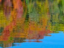 秋天上色在密西西比河的Relected 免版税库存图片