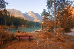 秋天上色山湖 库存照片