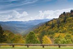 秋天上色空白新发现的路视图 免版税图库摄影