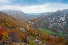 秋天与一个小村庄和路的山景 达成协议波斯尼亚夹子色的greyed黑塞哥维那包括专业的区区映射路径替补被遮蔽的状态周围的领土对都市植被 库存图片