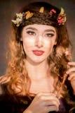 秋天与在她的头发的叶子的妇女概念 免版税图库摄影