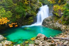 秋天与小绿松石瀑布和湖的森林颜色在自然公园 免版税图库摄影