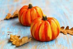 秋天与干叶子的南瓜装饰在老被绘的木头, 库存图片