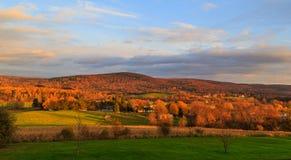 秋天与改变的颜色的国家场面在特洛伊NY,哈德森Val附近 库存图片