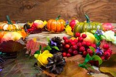 秋天与杉木锥体、淡紫色花和花揪berrie的门花圈 免版税库存图片