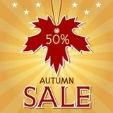 秋天与枫叶和光芒的销售背景。 库存照片