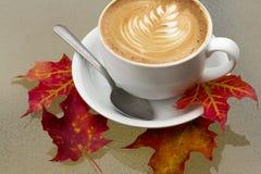 秋天与橙色和红色秋天叶子的咖啡拿铁 库存照片