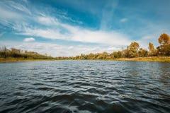 秋天与河,湖起波纹的水表面的自然风景  库存图片