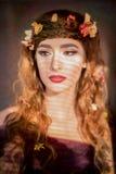 秋天与磁性眼睛的妇女画象 免版税库存照片