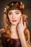 秋天与磁性神色的妇女画象 库存照片