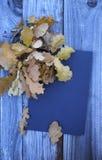 秋天与纸板料的叶子构成 免版税图库摄影
