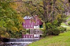 秋天与Ond和瀑布的19世纪谷仓与rteflection在谷仓NJ的池塘 免版税库存照片