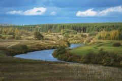 秋天乡下的背景的河Nerl,俄罗斯 免版税库存图片