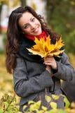 秋天五颜六色的女孩公园 免版税库存图片