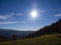 秋天五颜六色的森林横向山 免版税库存图片