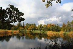 秋天五颜六色的老公园 库存照片