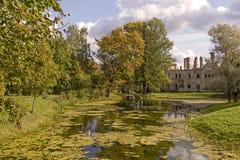 秋天亚历山大公园和废墟在Tsarskoye selo,圣徒宠物 免版税库存照片