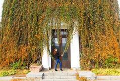 秋天俏丽的妇女年轻人 图库摄影