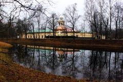 秋天修道院池塘反映 库存照片