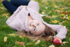秋天公园俏丽的妇女年轻人 免版税库存照片