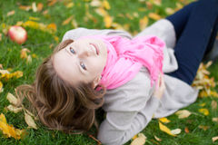 秋天公园俏丽的妇女年轻人 免版税库存图片