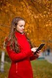 秋天公园俏丽的妇女年轻人 库存图片
