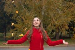 秋天公园俏丽的妇女年轻人 免版税图库摄影