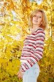 秋天公园俏丽的妇女 免版税库存图片